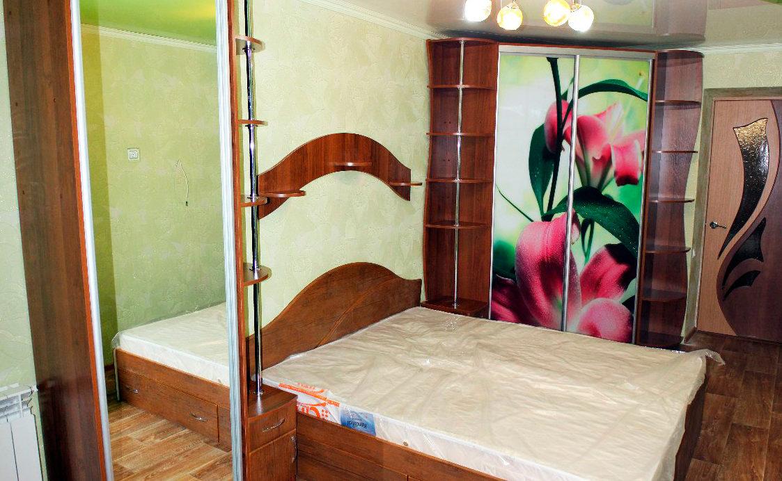 Кровать, шкаф с зеркалом и шкаф с фотопечатью для спальни
